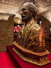 Reliquaire du Pape Saint-Marc dans la crypte de l'église San Lorenzo à Florence en Italie