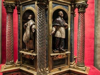 Reliquaire de saint Francis de Paola dans la crypte de l'église San Lorenzo à Florence en Italie