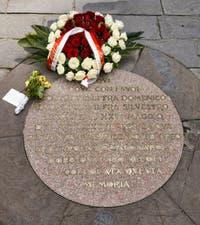 La fête Fiorita ou Infiorata de Florence avec des roses déposées sur la plaque commémorant l'éxécution de Jerôme Savonarole, piazza della Signoria à Florence en Italie