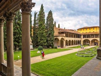 Premier Cloître de l'église Santa Croce à Florence en Italie