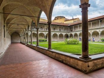Deuxième Cloître de l'église Santa Croce à Florence en Italie