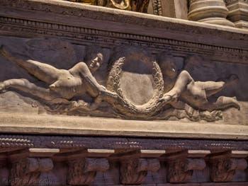 Donatello soubassement de la statue de saint Ludovic de Toulouse (1422-1425) église de Santa Croce à Florence en Italie