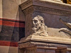 Donatello soubassement de la statue de Saint-Ludovic de Toulouse (1422-1425) église de Santa Croce à Florence en Italie