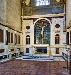 Chapelle Gondi avec le crucifix de Filippo Brunelleschi (1410) de l'église Santa Maria Novella à Florence en Italie