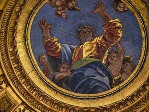 La coupole de la chapelle Chigi et ses mosaïques, conçues et dessinées par Raphaël, église Santa Maria del Popolo à Rome en Italie