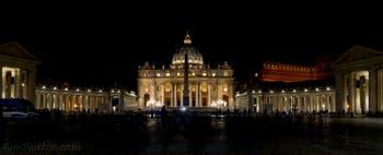 La place Saint-Pierre de Rome en Italie vue de nuit