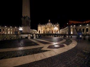 La place Saint-Pierre de Rome vue de nuit