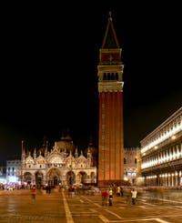 La place Saint-Marc, la basilique et le campanile de nuit à Venise