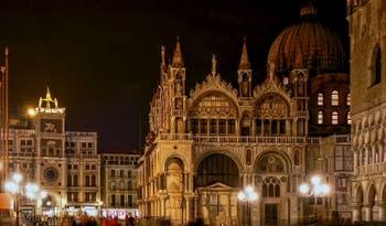 La basilique Saint-Marc à Venise vue de nuit