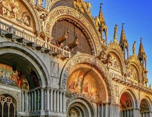 La façade de la Basilique Saint-Marc de Venise et les chevaux du quadrige