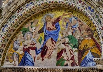 Mosaïque de l'Ascension par Luigi Gaetano (1617-1618) sur la façade de la Basilique Saint-Marc à Venise