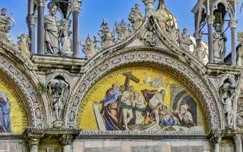 La façade de la Basilique Saint-Marc à Venise avec la mosaïque de la Descente aux Limbes de Luigi Gaetano (1617-1618)