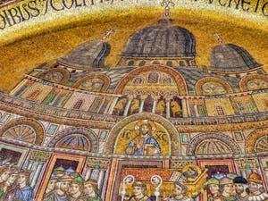 La mosaïque de la translation du corps de Saint-Marc (1260-1270) sur le portail Saint-Alipio de la Basilique Saint-Marc