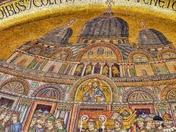 La mosaïque de la translation du corps de saint Marc (1260-1270) sur le portail Saint-Alipio de la Basilique Saint-Marc