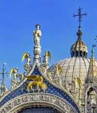 Le lion de Saint-Marc et Saint-Marc évangéliste sur la façade de la basilique Saint-Marc à Venise