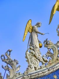Statue d'ange sur la façade de la basilique Saint-Marc de Venise par Nicolo Lamberti, XVe siècle