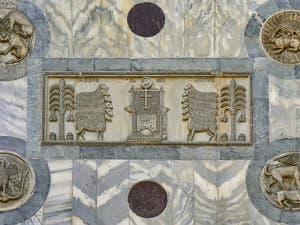 Sculptures et patères du Xe siècle sur la façade nord de la basilique Saint-Marc à Venise