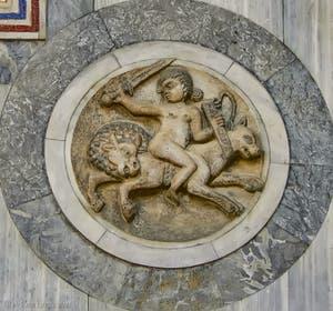 Patère en marbre du Xe siècle sur la façade nord de la Basilique Saint-Marc à Venise