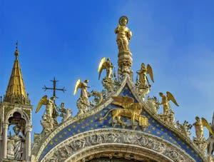 Saint-Marc, les anges et le lion de Saint-Marc par Nicolo Lamberti (XVe siècle) sur la façade de la Basilique Saint-Marc à Venise