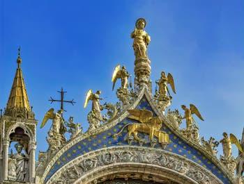 saint Marc, les anges et le lion de Saint-Marc par Nicolo Lamberti (XVe siècle) sur la façade de la Basilique Saint-Marc à Venise