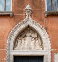 Bas relief représentant saint Augustin et ses disciples sur le portail d'entrée du cloître Santo Stefano à Venise