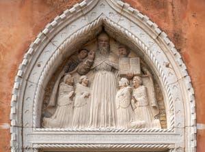Lunette de tabernacle représentant Saint-Augustin entouré de ses moines, réalisée par Bellano au XVe siècle, Lunette de tabernacle représentant Saint-Augustin entouré de ses moines, réalisée par Bellano au XVe siècle, Cloître de Santo Stefano dans le Sestier de Saint-Marc à Venise