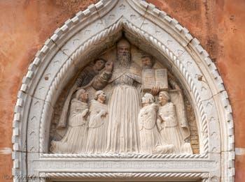 Lunette de tabernacle représentant saint Augustin entouré de ses moines, réalisée par Bellano au XVe siècle, Lunette de tabernacle représentant saint Augustin entouré de ses moines, réalisée par Bellano au XVe siècle, Cloître de Santo Stefano dans le Sestier de Saint-Marc à Venise