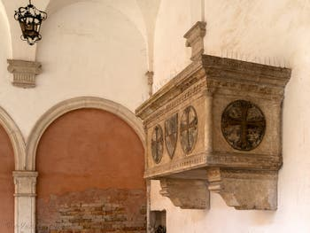 Sarcophage de Giovanni Soranzo, Cloître de Santo Stefano dans le Sestier de Saint-Marc à Venise