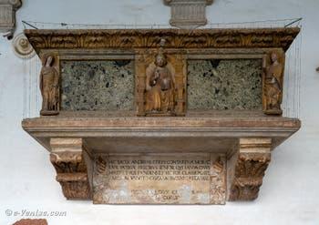 Sarcophage du Doge Andrea Contarini dans le Cloître de Santo Stefano dans le Sestier de Saint-Marc à Venise