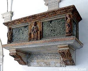 Le sarcophage du Doge Andrea Contarini dans le cloître de Santo Stefano