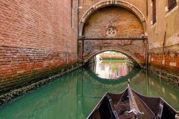 Le passage en Sandolo sous l'église de Santo Stefano dans le Sestier de Saint-Marc à Venise.