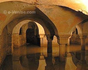 Crypte inondée de San Zaccaria où sont inhumés huit Doges de Venise