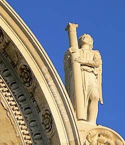 Statue à droite du fronton supérieur de San Zaccaria