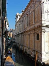 Église Santa Maria dei Miracoli Sainte Marie des Miracles à Venise, la façade sur le rio des Miracoli