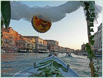 Les petits bateaux vénitiens sont encore à ce jour, comme du temps de George Sand, décorés de lampions et de feuilles, ici, des feuilles de bananier !