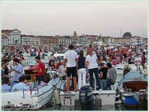 Le pique-nique géant sur le bassin de Saint-Marc pendant la fête du Redentore à Venise