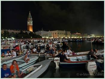 Les vénitiens, bien sages, pendant le Feu d'Artifice de la Fete du Rédempteur à Venise