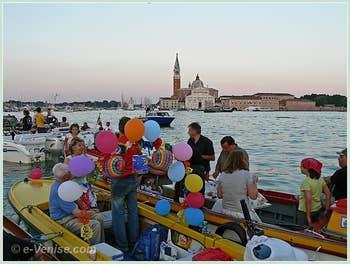 En famille et entre amis, sur le bassin de Saint-Marc en attendant le feu d'artifice de la Fête du Redentore à Venise