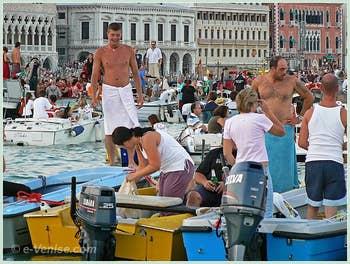 Et il y à même quelque vénitiens qui en profitent pour se baigner dans le bassin de Saint-Marc, c'est la fête del Redentore!