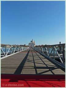 Le Pont Votif qui mène à l'église du Redentore depuis les Zattere, et qui traverse le Canal de la Giudecca à Venise pendant la Fête du Rédempteur