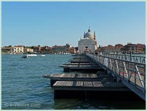 Le Pont Votif provisoire qui relie le quai des Zattere à l'église du Redentore, de l'autre côté du Canal de la Giudecca à Venise