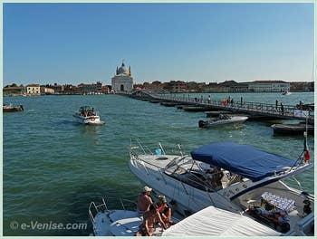 L'église du Redentore et son pont votif sur le Canal de la Giudecca, à Venise lors de la Fête du Rédempteur