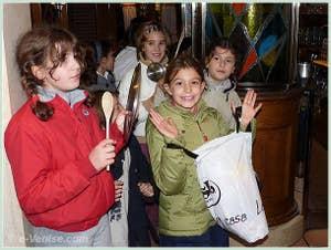 Les enfants lors de la Fête de la Saint Martin à Venise : Le sac est plein !