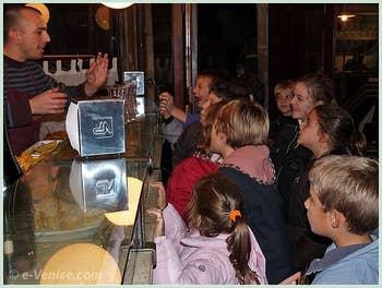 Fête de la Saint Martin à Venise : les enfants à l'assaut du barman