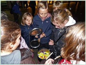 Les enfants à la fête de la Saint Martin à Venise : la mise en commun du butin !