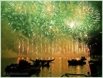 Le feu d'artifice de la fête du Rédempteur vu depuis les bateaux à Venise