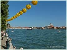 Fête du Redentore à Venise : lampions sur les Zattere au Dorsoduro avec, de l'autre côté du Canal de la Giudecca, l'église du Redentore et son pont votif.