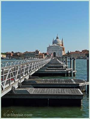 Le pont votif de la Fête du Redentore qui conduit à l'église du Redempteur depuis les Zattere à Venise.
