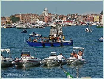 Les premiers arrivés sur le bassin de Saint-Marc pour la fête du Rédempteur à Venise.