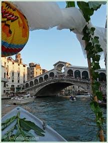 En route pour la fête du Redentore, ici sur le Grand Canal, juste avant de passer sous le Pont du Rialto à Venise.